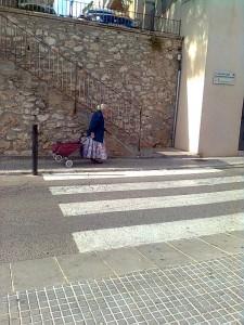 Paso de peatones junto a Centre Social, solo hay rampa en un lado, el otro con bordillo