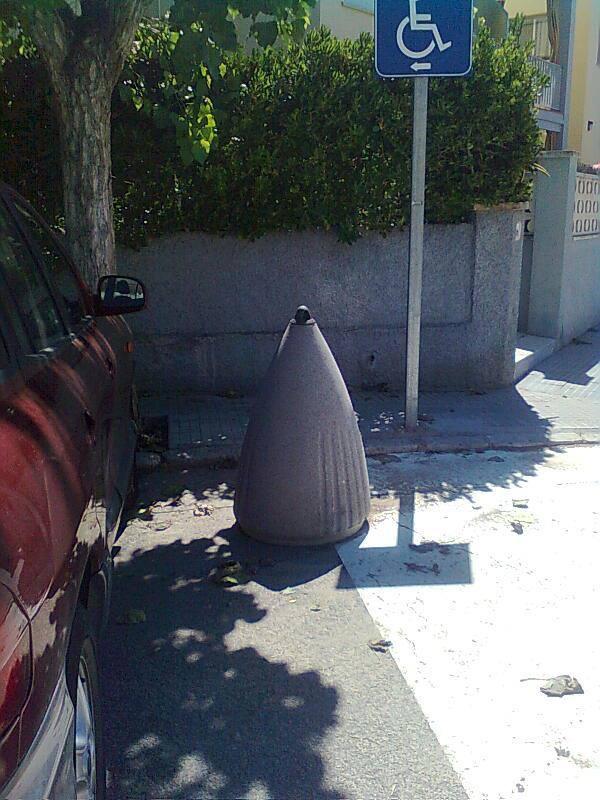 piedra invade aparcamiento