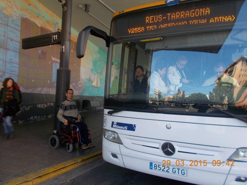 Esta foto de Carles Balañà sin poder subir al autobús publicada en Facebook inició la nueva serie de quejas sobre la línea. Foto: Cedida