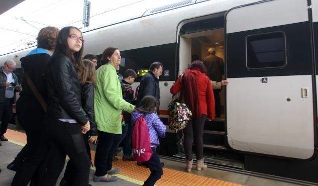 Un escalón impide el acceso con silla de ruedas al tren, que cuenta con vagones adaptados. DAVID FREIRE