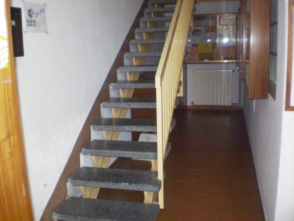 Por estas escaleras se accede a Radio Cubelles