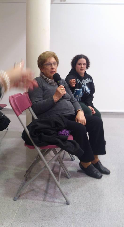 """La Sra Nativitat Granell explicando a los presentes las graves dificultades qu8e sufre su marido para desplazarse a Vilanova en los autobuses de """"Monbús"""""""