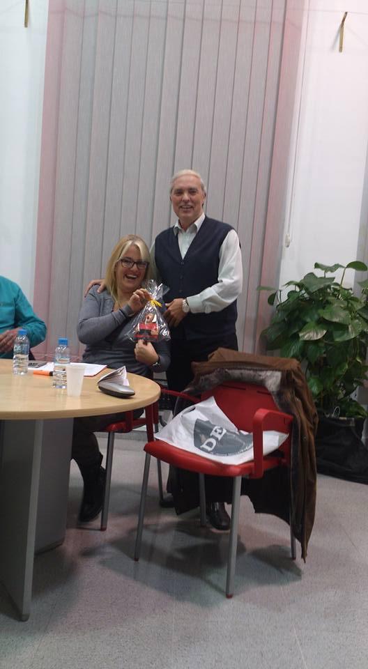 El Regidor dando las gracias a la ponente, Sra. Sónia Romero, obsequiándola con un Charlie Rivel, icono de Cubelles