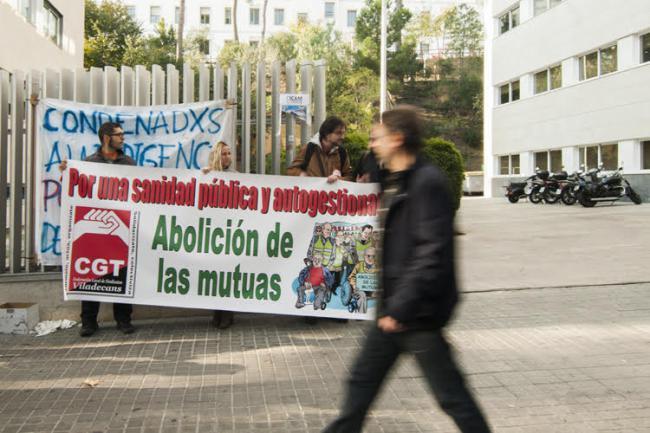 Manifestants davant de la porta del ICAM el 3 de desembre 2015