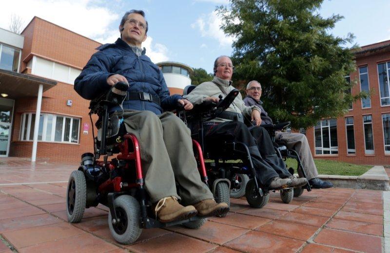 Carles, Ricardo y Emili, ayer, frente al Centre Cívic de Sant Salvador. Denuncian que ahora apenas podrán ´bajar´ a Tarragona. Foto: Lluís Milián