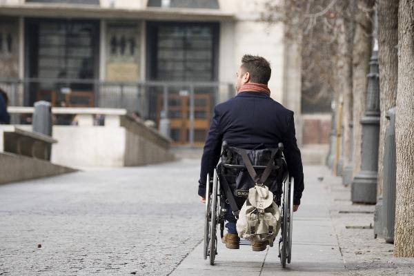La DGT permite ir por la acera a las personas con discapacidad en silla de ruedas o 'scooter'